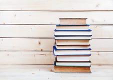Alte Bücher auf einem hölzernen Regal Kapitalien für Bildung Lizenzfreie Stockfotografie
