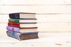 Alte Bücher auf einem hölzernen Regal Kapitalien für Bildung Lizenzfreies Stockbild