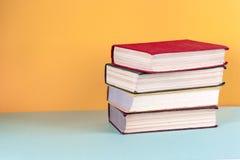 Alte Bücher auf einem hölzernen Regal Keine Aufkleber, leerer Dorn Stockbilder