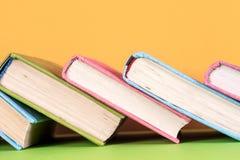 Alte Bücher auf einem hölzernen Regal Keine Aufkleber, leerer Dorn Lizenzfreie Stockbilder