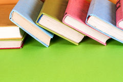 Alte Bücher auf einem hölzernen Regal Keine Aufkleber, leerer Dorn Stockbild
