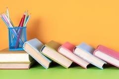 Alte Bücher auf einem hölzernen Regal Keine Aufkleber, leerer Dorn Stockfotografie