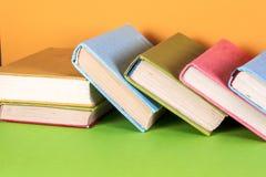Alte Bücher auf einem hölzernen Regal Keine Aufkleber, leerer Dorn Stockfoto
