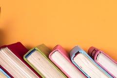 Alte Bücher auf einem hölzernen Regal Keine Aufkleber, leerer Dorn Lizenzfreie Stockfotografie