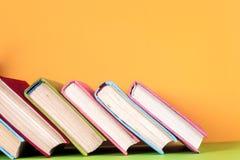 Alte Bücher auf einem hölzernen Regal Keine Aufkleber, leerer Dorn Stockfotos