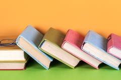 Alte Bücher auf einem hölzernen Regal Keine Aufkleber, leerer Dorn Lizenzfreies Stockfoto