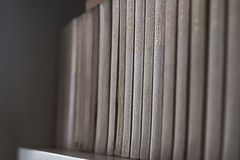 Alte Bücher auf einem hölzernen Regal Keine lesbaren Aufkleber Stockfotos