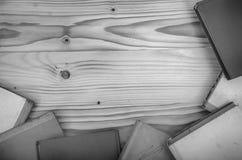 Alte Bücher auf einem Holztisch Stockbilder