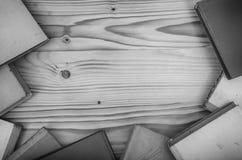 Alte Bücher auf einem Holztisch Lizenzfreie Stockbilder