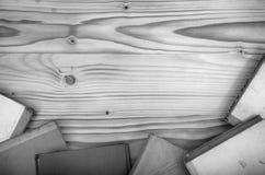 Alte Bücher auf einem Holztisch Lizenzfreies Stockbild