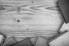Alte Bücher auf einem Holztisch Stockbild