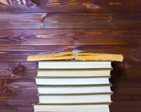 Alte Bücher auf einem Holztisch Lizenzfreies Stockfoto