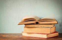 Alte Bücher auf einem Holztisch Retro- gefiltertes Bild Lizenzfreies Stockbild