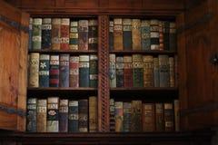 Alte Bücher auf einem mittelalterlichen Bücherregal Stockfotos
