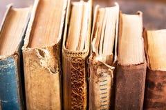 Alte Bücher auf einem Regal Stockfotografie
