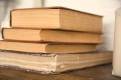 Alte Bücher auf einem Regal in einem Häuschen Stockbild