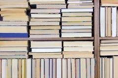 Alte Bücher auf einem Regalhintergrund Lizenzfreie Stockbilder