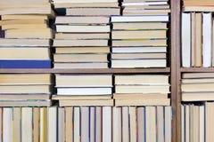 Alte Bücher auf einem Regalhintergrund Lizenzfreie Stockfotos