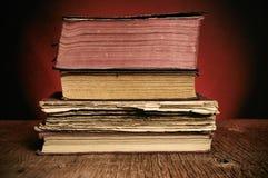 Alte Bücher auf einem rustikalen Holztisch Stockfotografie