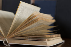 Alte Bücher auf einem Stuhl Stockbild