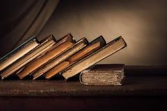 Alte Bücher auf einer alten Tabelle Stockfotos
