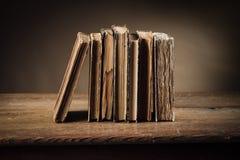 Alte Bücher auf einer alten Tabelle Lizenzfreie Stockfotografie