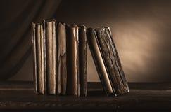 Alte Bücher auf einer alten Tabelle Lizenzfreie Stockbilder