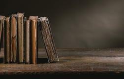 Alte Bücher auf einer alten Tabelle Stockbild