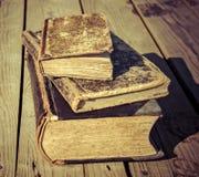 alte Bücher 1 auf einer Bretterbodenterrasse Stockbilder