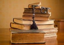 alte Bücher auf einer Bretterbodenterrasse Stockfotos