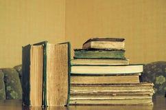 alte Bücher auf einer Bretterbodenterrasse Stockbilder