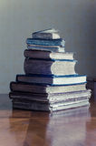 alte Bücher auf einer Bretterbodenterrasse Lizenzfreie Stockfotografie