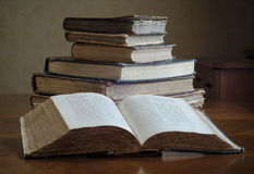 alte Bücher auf einer Bretterbodenterrasse Stockbild