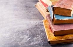 Alte Bücher auf einer dunklen Tabelle Lizenzfreies Stockbild