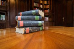 Alte Bücher auf einer Tabelle Lizenzfreie Stockfotos