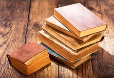 Alte Bücher auf einer Tabelle Stockbilder