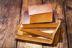 Alte Bücher auf einer Tabelle Lizenzfreies Stockfoto