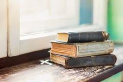 Alte Bücher auf Fensterbrett Stockfoto