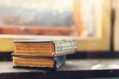 Alte Bücher auf Fensterbrett Lizenzfreies Stockfoto