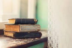 Alte Bücher auf Fensterbrett Lizenzfreies Stockbild