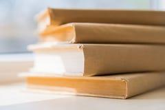 Alte Bücher auf Fensterbrett Lizenzfreie Stockbilder