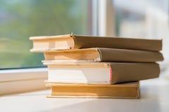 Alte Bücher auf Fensterbrett Stockfotos