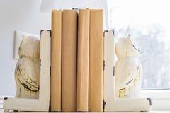 Alte Bücher auf Fensterbrett Lizenzfreie Stockfotos