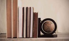 Alte Bücher auf hölzernem Stockbild
