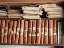 Alte Bücher auf hölzernem Bücherregal Brown-Bücher, die in Folge auf hölzernem Regal stehen Schäbige Bücher der Weinlese auf book Stockfotografie