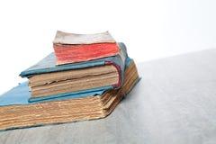 Alte Bücher auf hölzernem Hintergrund Stockbild
