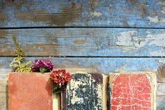 Alte Bücher auf hölzernem Hintergrund Stockfoto