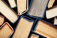 Alte Bücher auf hölzernem Hintergrund Die Informationsquelle Bucht Innen Hauptbibliothek Wissen ist Leistung Lizenzfreie Stockbilder