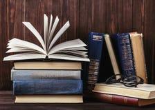 Alte Bücher auf hölzernem Hintergrund Die Informationsquelle Bucht Innen Hauptbibliothek Wissen ist Leistung lizenzfreies stockfoto