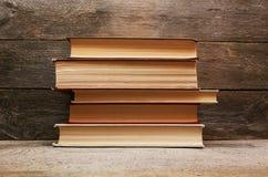 Alte Bücher auf hölzernem Regal Stockfotos